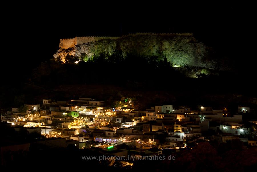 Wunderschöne alte Stadt Lindos bei Nacht. Rhodos, Greece