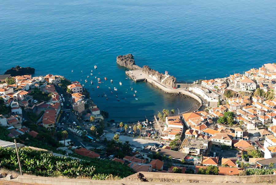 Panoramablick auf malerische Fischerdörfchen Camara de Lobos. Madeira