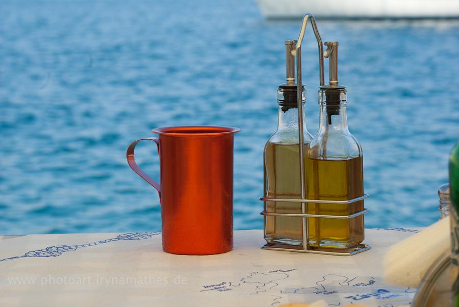 Typisch: hausgemachte Wein in einem roten Krug und Olivenöl. Griechenland