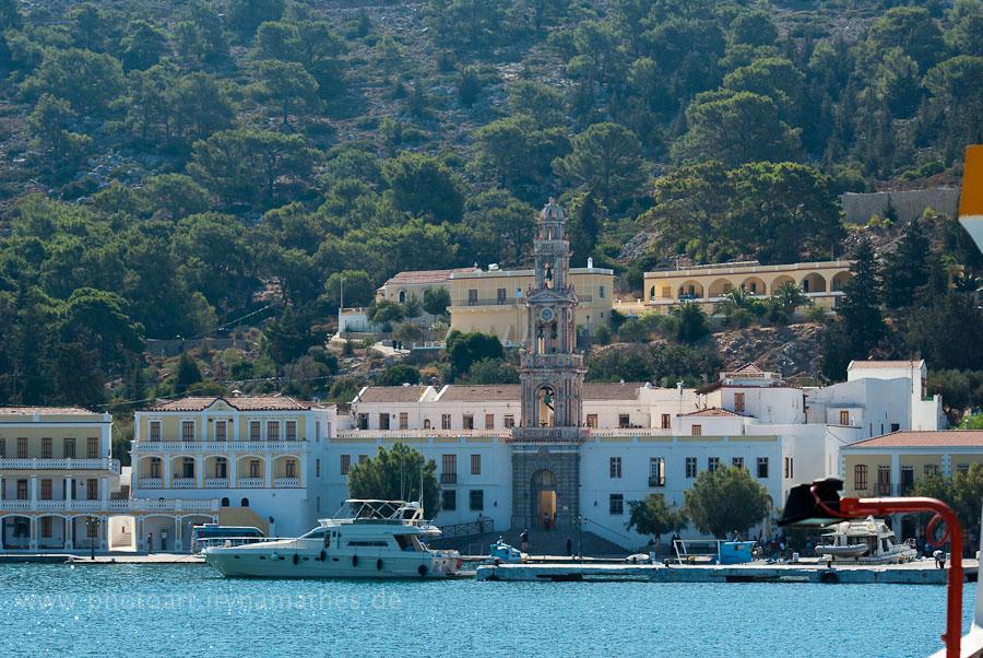 Fähre fährt zur Insel beim Kloster Panormitis