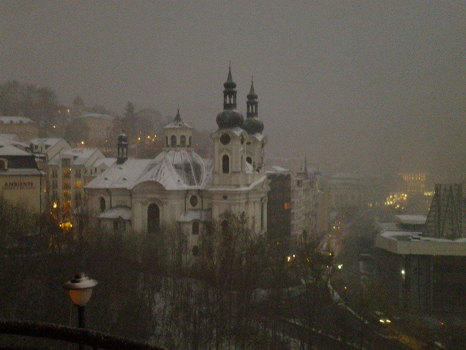 Erster Tag in Karlovy Vary – Schnee/Первый день встретит снегом