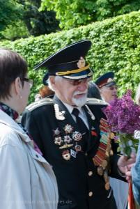 Veteranen auf dem Weg zum Denkmal