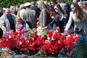 Kranzniederlegungen und Blumen in Gedenken an die Opfer