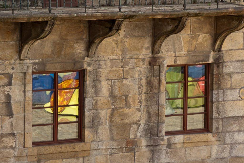 Spiegelung des Platzes im Fenster