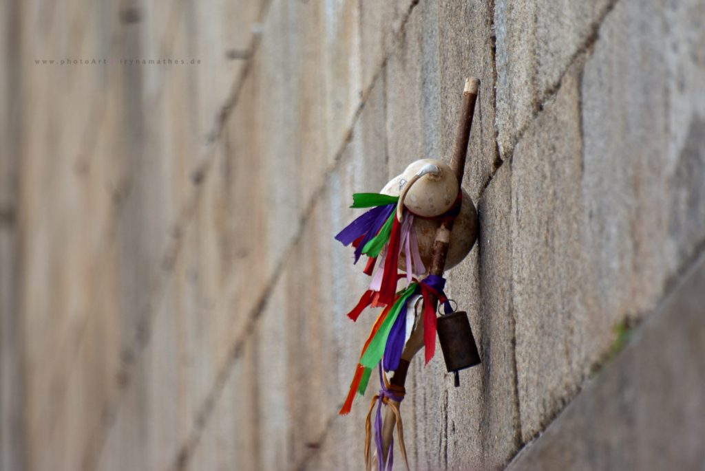 Berühmte Ausrüstung eines Pilgers: Stock und Muschel